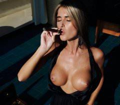 Молодая голая женщина на порно фото пафосно курит и демонстрирует свои прелести