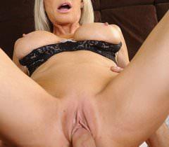 На бесплатных порно фото ненасытный чувак красиво поимел блонду