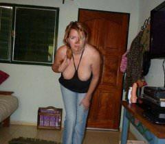 Прелестная пышка игриво позирует на домашних порно фото