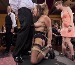 Фото жесткого секса, где брюнетка публично трахается с парнем, что переходит в оргию