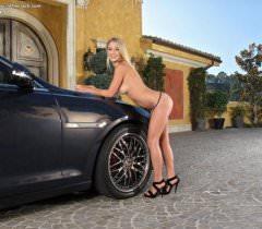Девушка возле машины дает посмотреть соблазнительные фото своей голой пизды