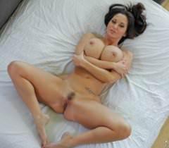 На секс фото соблазнительная жена сочно трахается и получает сперму на большую грудь