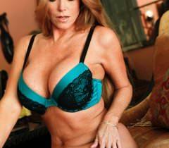 Сочная зрелая дама на порно фото полностью раздевается и показывает кису