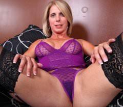 На частных порно фото соблазнительная зрелая женщина дает увидеть свое голое тело
