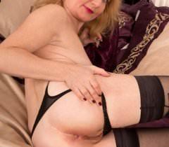 На порно фото зрелая бабенка в черных чулках показывает тело