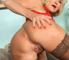 Зрелая женщина за 40 обнажается и дрочит на порно фото