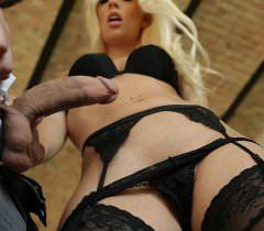 Порно фото высокого качества, где блондинка в чулках ебется в попку