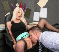 Замечательные фото секса на работе в исполнении блондинки и её парня