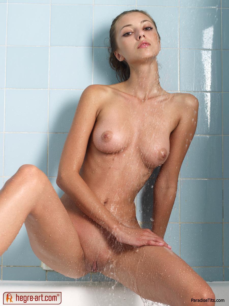 На красивых порно фото можно посмотреть, как заманчивая обнаженная телочка моется