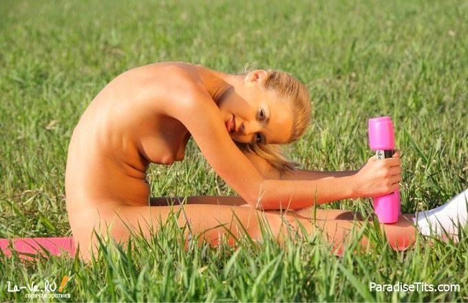 Симпатичная худая гимнастка очень эротично занимается зарядкой на порно фото