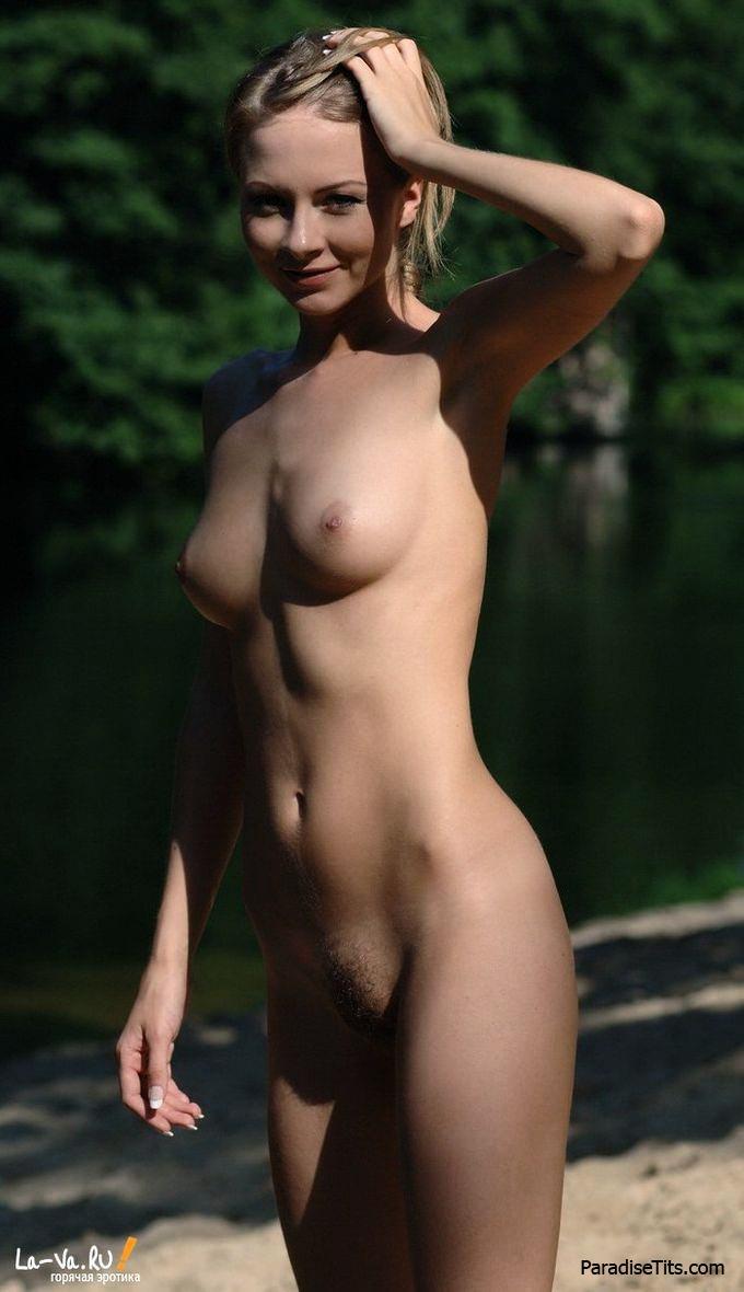 На порно фото чудесная русская телочка разделась возле ручья и показала худое обнаженное тело