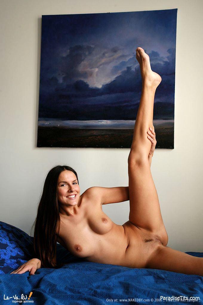 Порно фото, где симпатичная молодая брюнетка раздвинула ножки и показала пизду