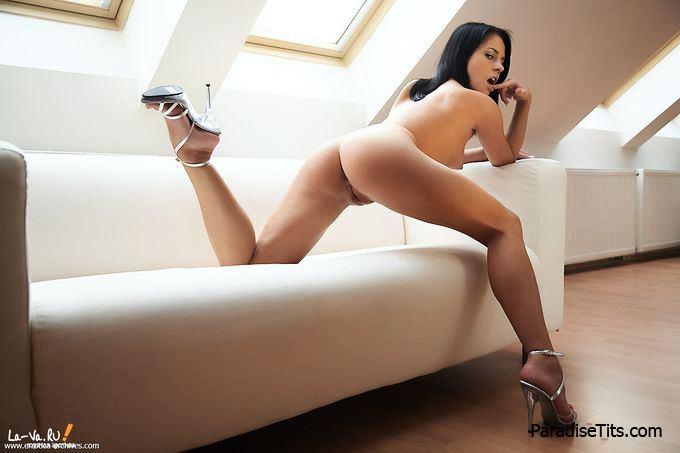 На прекрасных порно фото высокого разрешения голая девка позирует на диване