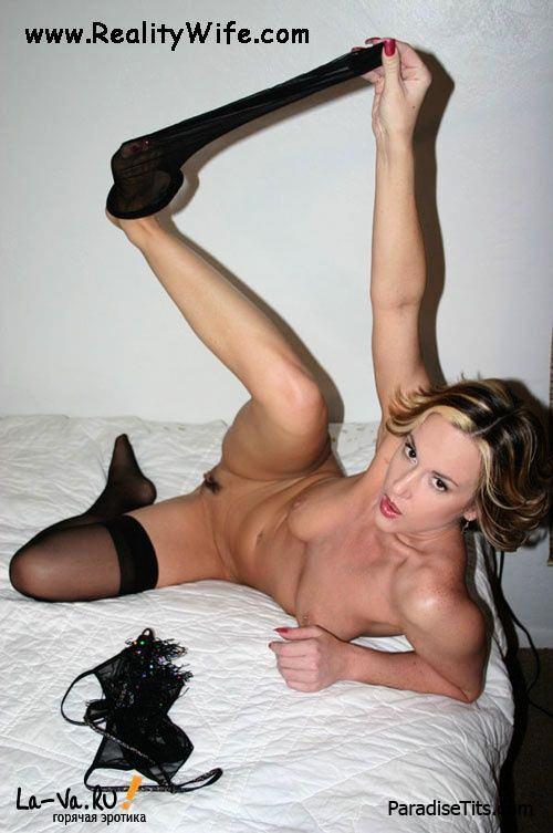 Заманчивая русская сексвайф в черных чулках игриво обнажается на порно фото