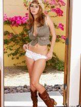Порно фото молодой девушки - ковбойки с большими сиськами