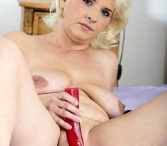 На порно фото можно с наслаждением смотреть, как пышная зрелая женщина дрочит самотыком
