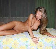 На качественно снятых частных порно фото молодая блондинка позирует нагишом на кровати