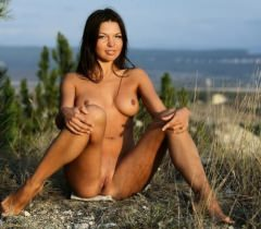 На самых красивых бесплатных порно фото милая стройная девушка сняла штаны и показала наготу