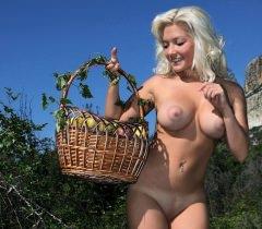 На потрясающих порно фото сочная блондинка снимается вместе с яблоками на фоне природы
