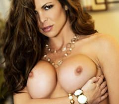 Умопомрачительная богиня виляет сочными и красивыми прелестями на бесплатных порно фото