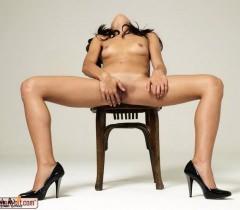 Молодая голая бабенка показывает свои прелести на порно фото