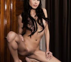 Молодая голая девушка раздвинула ножки и показала щель на порно фото