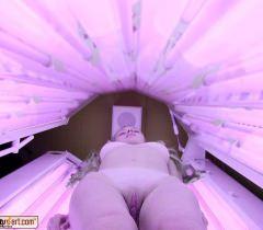 На частных порно фото прекрасная молодая девушка сделала пару кадров, посещая солярий