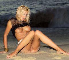 Порно фото, где худая красивая телочка заманчиво обнажается на пляже поздним вечером