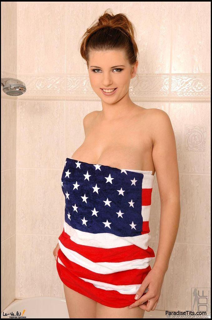 Девка в полотенце показала большую красивую грудь на порно фото