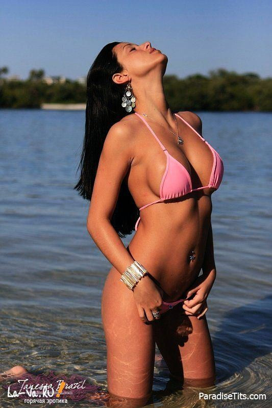 Красавица виляет изумительной попой и сиськами в купальнике на порно фото