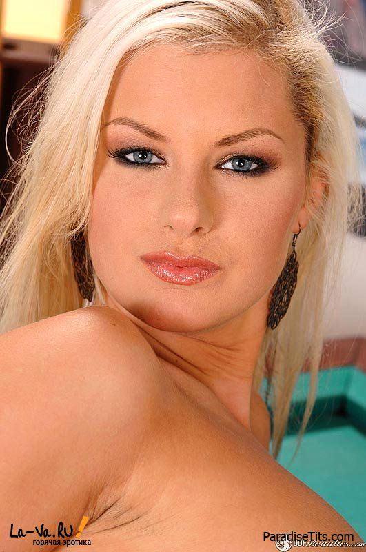 Развратная блонда разделась на столе и показала пизду крупным планом на порно фото