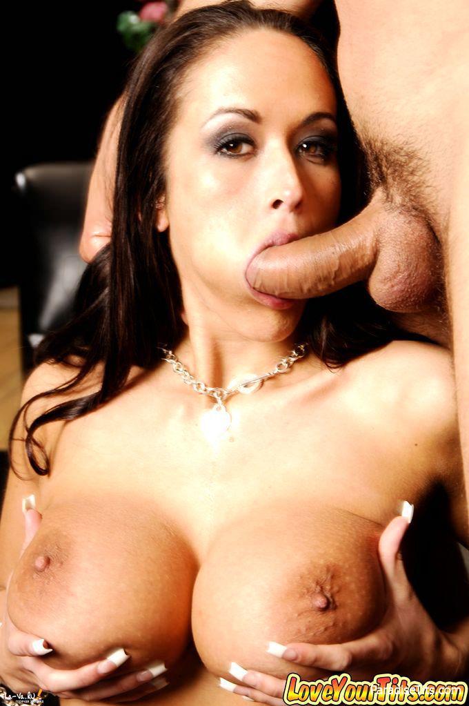 На жарких порно фото брюнетка с большими сиськами занимается аналом