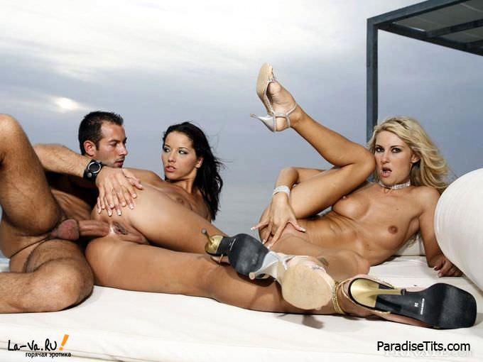 Изумительная эротика группового секса, где две порно звезды ублажают парня на фото