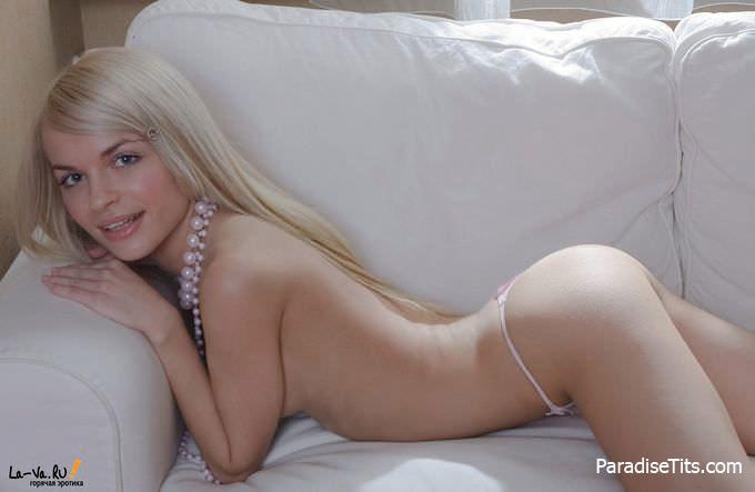 Блондинистая куколка не хочет снимать влажных трусиков, чтобы поласкать пизду и показать все шалости на порно фото