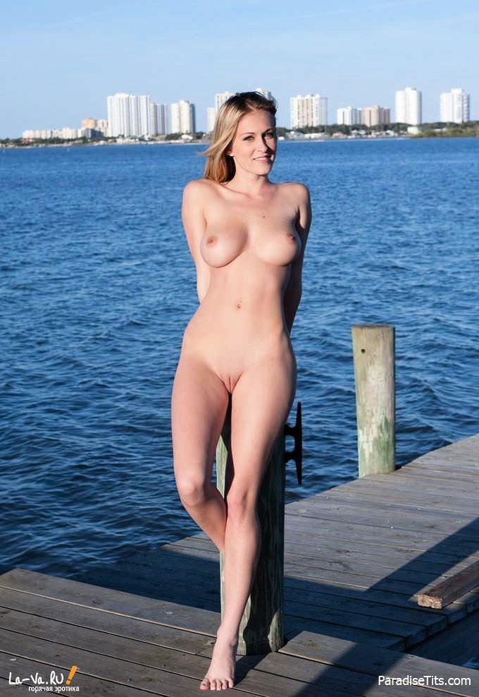 Горячая русская очаровашка красиво выбрила пизду и хвастает ею на пристани - эротические фото
