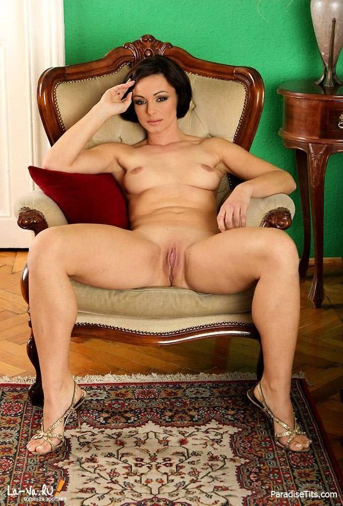 Таинственная зрелая дама очень красиво сняла трусики, потеребила их между половыми губами и выставила пизду на порно фото