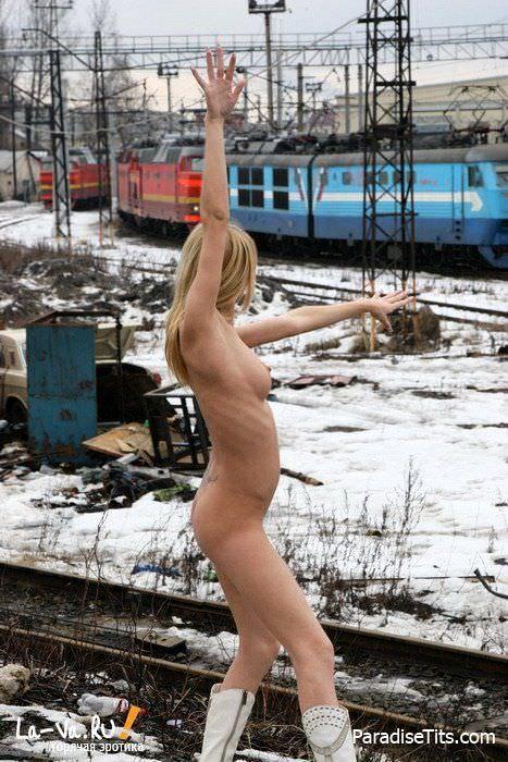 Волосатой пизде молодой русской сучки очень холодно возле вокзала - кто согреет эту девку на фото?