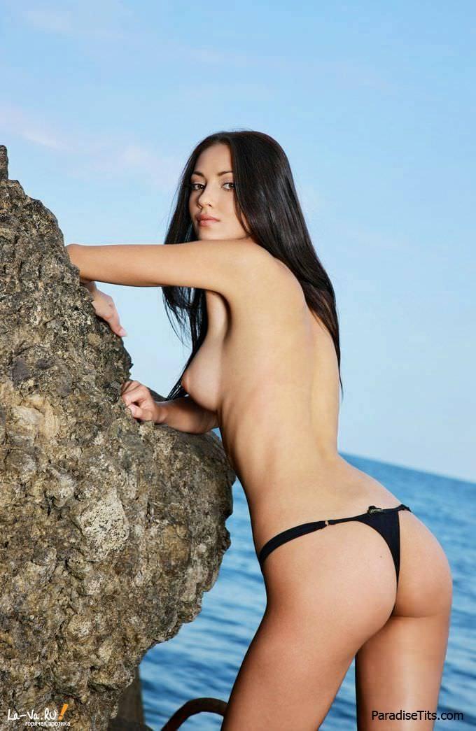 На эти откровенные фото можно смотреть бесконечно - очаровательная киска выставила голую пизду на красивом фоне моря