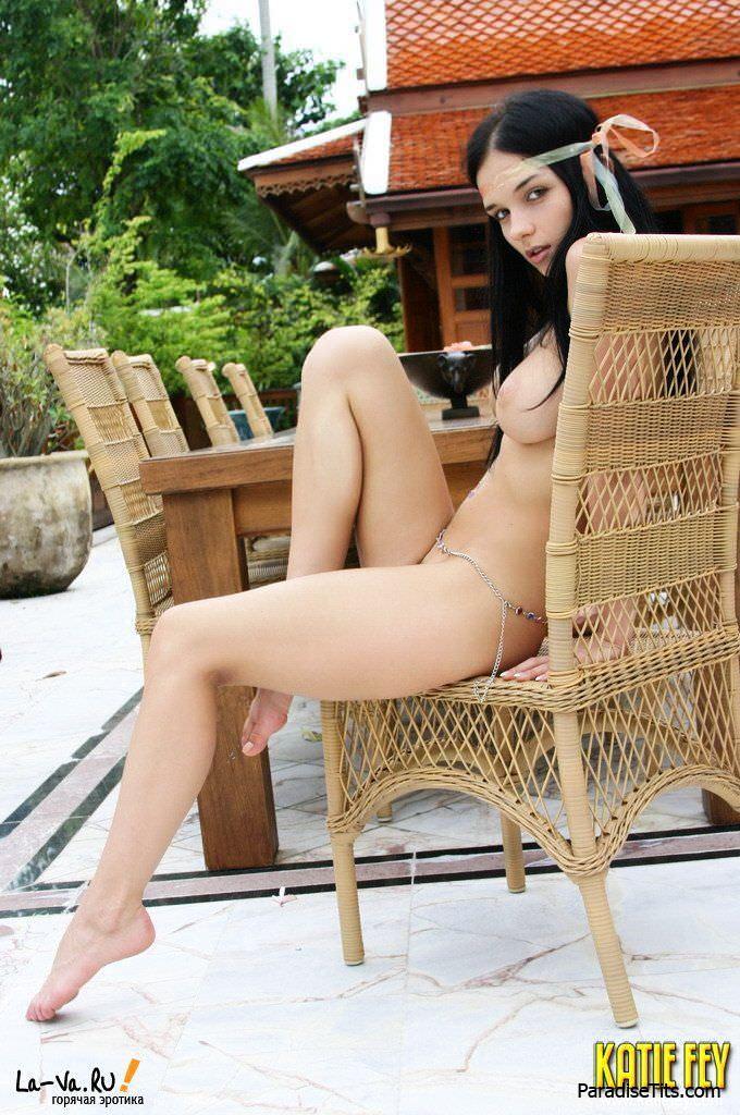 Фотогеничная телочка выставила красивую во всех планах пизду и откровенно показала грудь