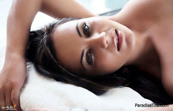 Идеальная модель покажет свою щель - самую красивую пизду в мире на профессиональных фото
