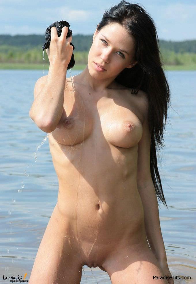 Соблазнительная фотомодель выставила мокренькую пизду и тело, стала раком и приготовилась к ебле!