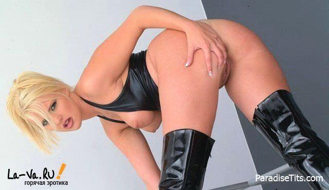 Голая тетенька выставила процесс мастурбации своей крупной пизды на божественных фото