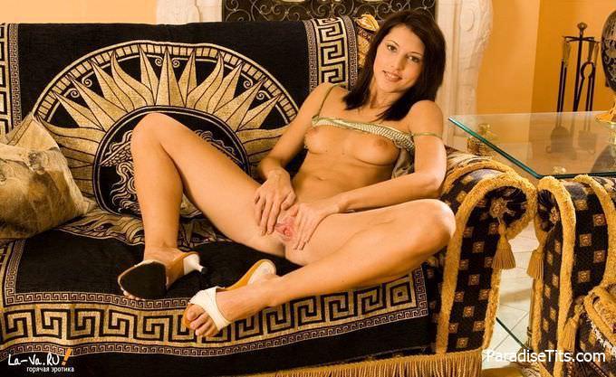 Молодая секс-бомба ласкает упругую и узкую пизду со всей страстью, на которую способна, выставляя процесс на фото