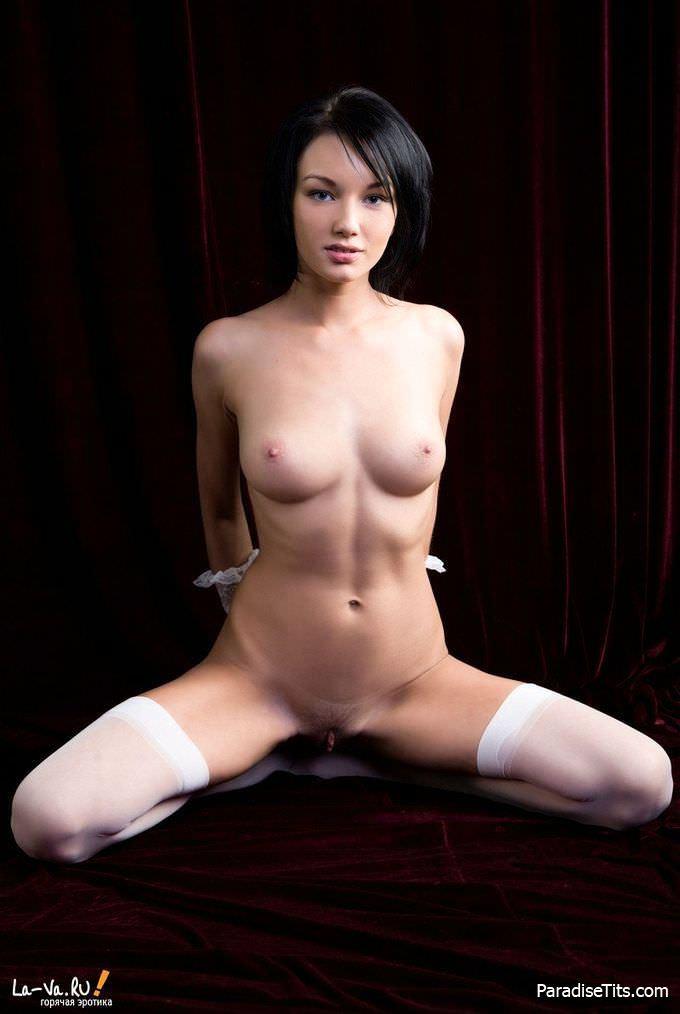 Соблазнительная и большая пизда молодой девушки в чулках манит своими формами на фото