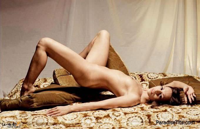 Шикарная пизда с большими и выдвинутыми половыми губами, а также её хозяйка манят на эротических фото