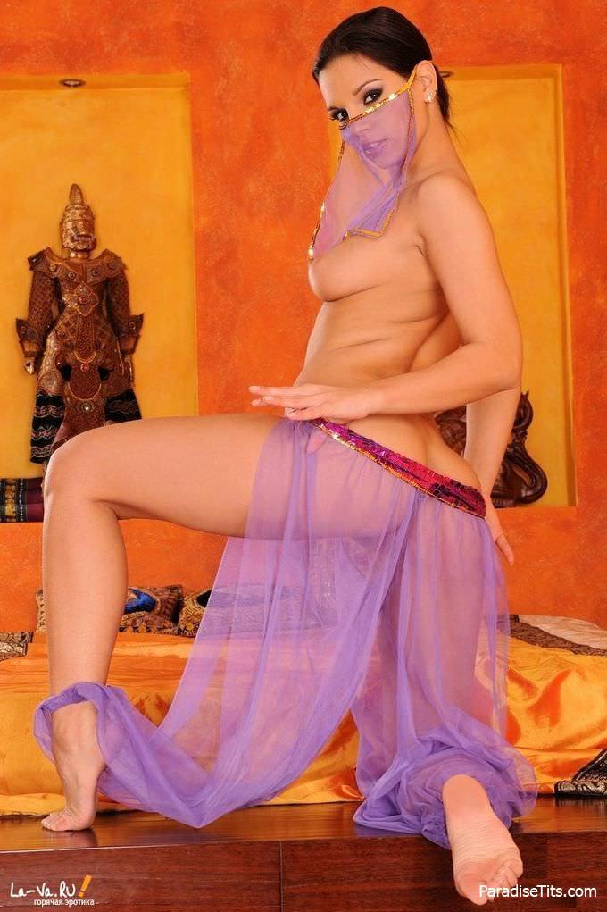 Бесстыжая арабская девка выставила голую пизду и откровенно снялась обнаженной на фото