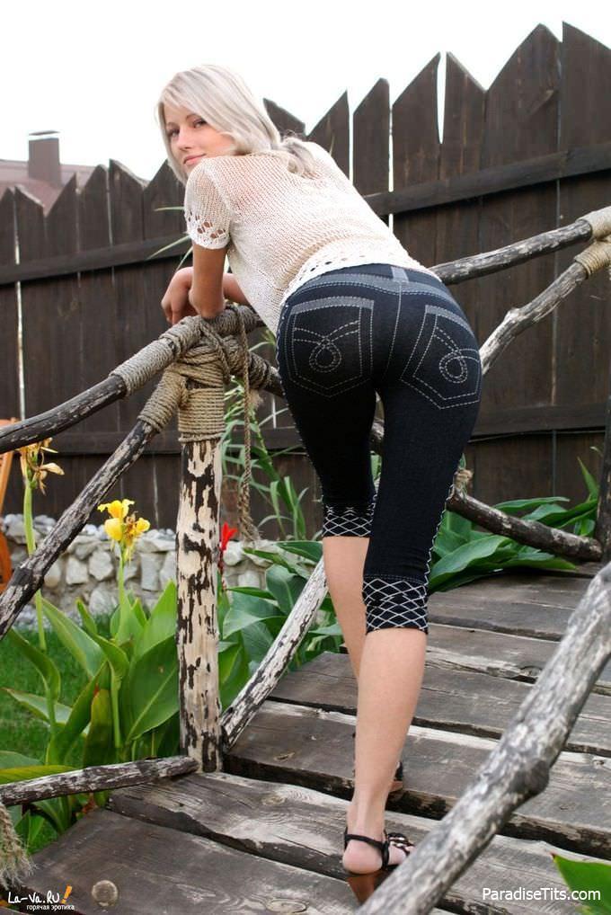 Девка с большими возможностями и молодой пиздой похотливо расхаживает по саду на фото