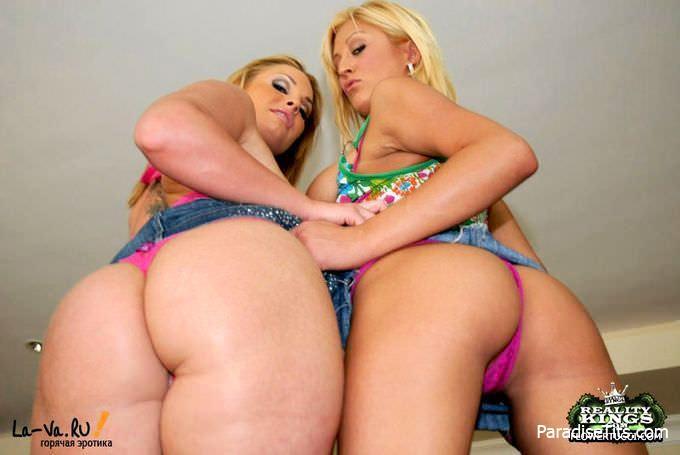 Две жаркие лесбиянки с большими сиськами лижутся, сосутся и заглатывают фаллос мужика на фото