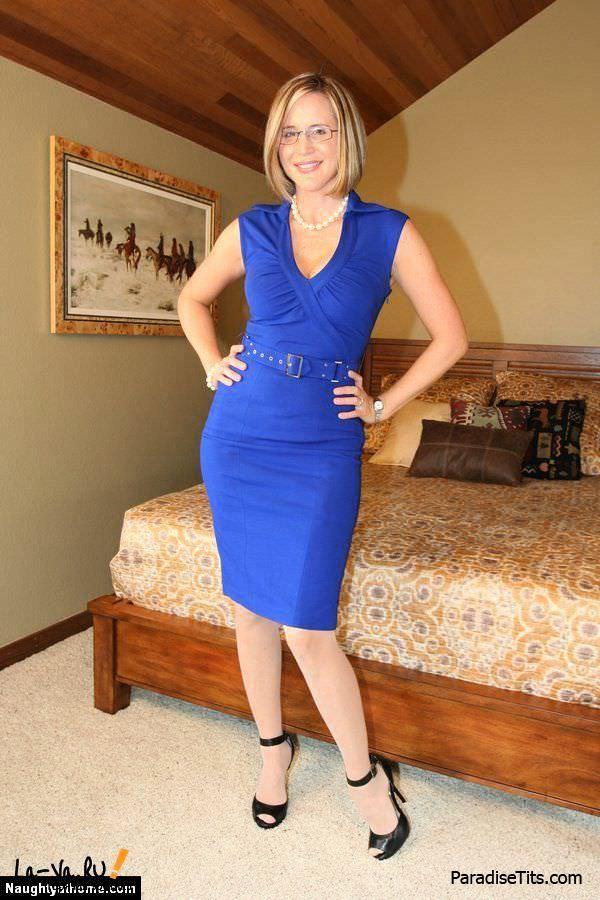 Блонда откровенно показала свои женские шалости на фото и одела эротичные чулки с подтяжками