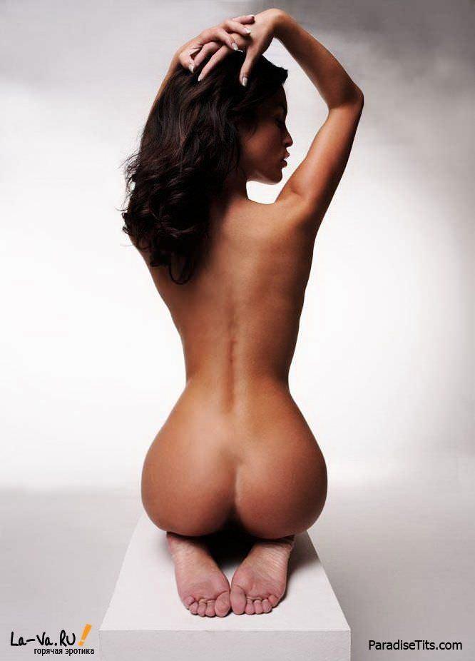 Красивая задница и очаровательные сиськи смотрятся ещё лучше на порно фото высокого разрешения